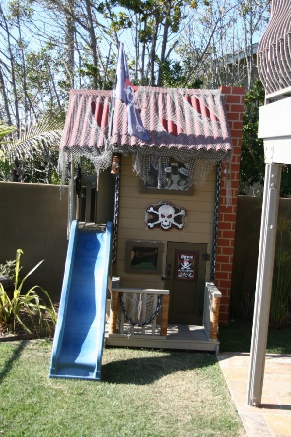 Kids outdoor Pirate Fort with the jolly roger pirate flag