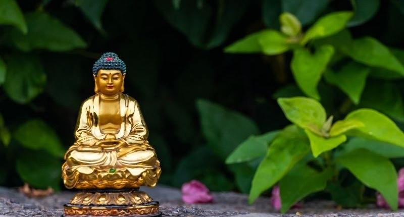 Easy Ways To Create Zen Outdoor Space - Buddha statue