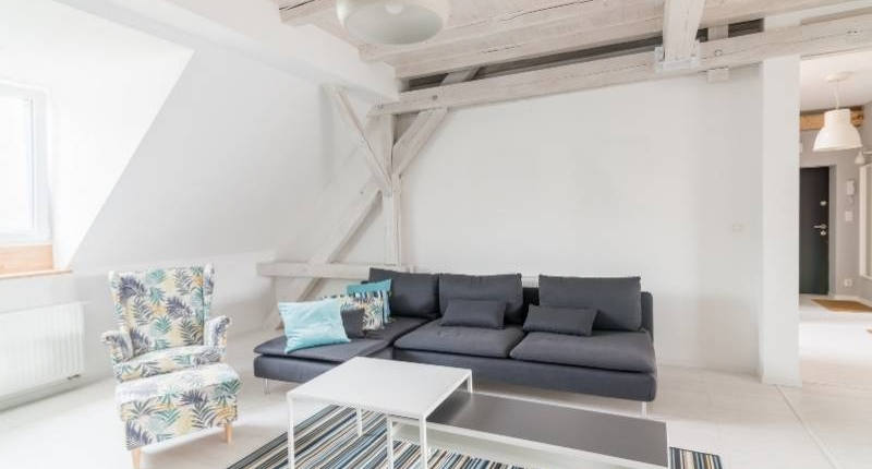 7 Incredible Ways to Make Your Los Angeles Apartment Look Chic - Minimalist furniture and white wood ceiling beam.